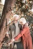 Pares alegres agradáveis de pensionista que têm uma data imagens de stock