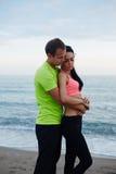 Pares alegres de homem novo e de mulher que abraçam cada um a outro Imagem de Stock Royalty Free