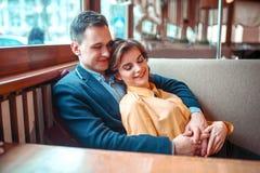 Pares alegres do amor na data romântica fotografia de stock royalty free