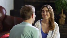 Pares alegres en el amor que abraza en casa metrajes