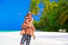 Pares alegres en Maldivas Fotografía de archivo