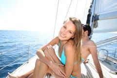 Pares alegres en un barco de navegación Fotos de archivo