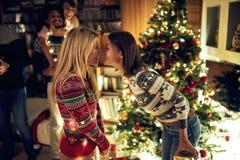 Pares alegres fêmeas que comemoram o Natal imagem de stock royalty free