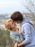 Pares alegres jovenes en el parque fotografía de archivo libre de regalías