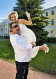 Pares alegres loving idosos com juventude no ajuste da têmpera em 25 y Imagens de Stock