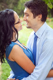 Pares alegres que comparten un momento íntimo romántico Imagen de archivo libre de regalías
