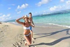 Pares alegres que disfrutan de vacaciones de verano en las zonas tropicales Fotos de archivo libres de regalías