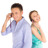 Pares alegres que hablan en el teléfono Foto de archivo