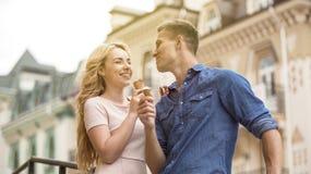 Pares alegres que têm o divertimento na data, comendo o gelado doce junto, romance Fotografia de Stock Royalty Free