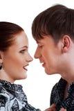 Pares alrededor para besarse Foto de archivo libre de regalías
