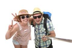 Pares americanos atractivos y elegantes jovenes que toman la foto del selfie con el teléfono móvil aislado en blanco Imágenes de archivo libres de regalías