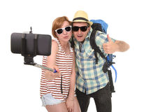 Pares americanos atractivos y elegantes jovenes que toman la foto del selfie con el teléfono móvil aislado en blanco Imagen de archivo libre de regalías