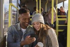 Pares/amigos jovenes en el autobús imagen de archivo libre de regalías