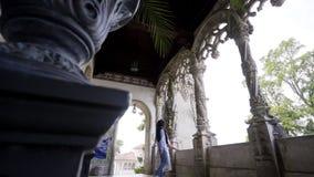 Pares anónimos cerca de arcos del palacio almacen de metraje de vídeo