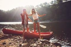 Pares após o passeio da canoa foto de stock royalty free