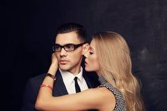 Pares apasionados atractivos, historia de amor de la oficina Imagen de archivo libre de regalías