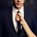 Pares apasionados atractivos, historia de amor de la oficina Foto de archivo libre de regalías