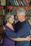Pares aposentados alegres no amor Imagens de Stock