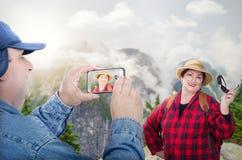 Pares aposentados felizes que backpacking nas montanhas Foto de Stock