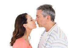 Pares aproximadamente a beijar fotografia de stock