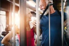 Pares aptos maduros que exercitam no gym para ficar saud?vel foto de stock