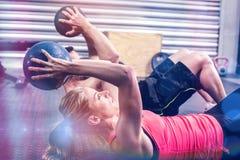Pares aptos que hacen ejercicio abdominal de la bola Imágenes de archivo libres de regalías