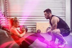 Pares aptos que hacen ejercicio abdominal de la bola Foto de archivo libre de regalías