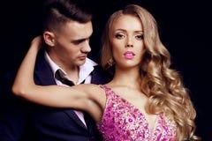 Pares ardentes homens eficientes consideráveis com a menina bonita com cabelo louro longo fotografia de stock royalty free