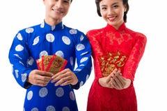 Pares asiáticos alegres que comemoram o ano lunar imagem de stock