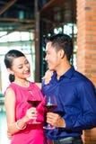 Pares asiáticos com vidro do vinho tinto Imagem de Stock