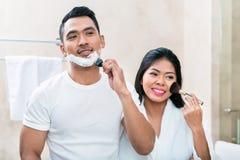Pares asiáticos de la mañana en cuarto de baño Imagenes de archivo