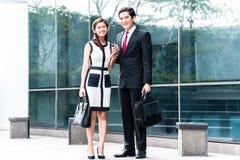 Pares asiáticos do negócio que vão trabalhar Fotografia de Stock