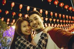 Pares asiáticos en el festival chino imagen de archivo