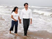 Pares asiáticos en la orilla de mar Foto de archivo libre de regalías