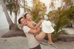 Pares asiáticos en la playa Imagen de archivo
