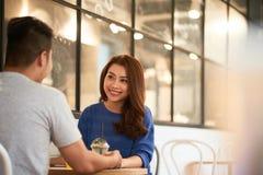 Pares asiáticos encantadores no bar imagem de stock