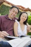 Pares asiáticos felices con la novela imagen de archivo libre de regalías