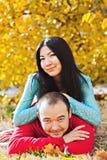 Pares asiáticos felices en amor en otoño Fotos de archivo libres de regalías