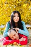 Pares asiáticos felices en amor en otoño Fotos de archivo