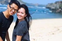 Pares asiáticos felices en la playa Imágenes de archivo libres de regalías