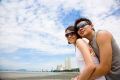 Pares asiáticos felices que disfrutan de la opinión del mar Foto de archivo libre de regalías