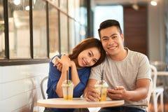 Pares asiáticos felizes encantadores no bar fotografia de stock royalty free