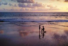 Pares asiáticos felizes que datam na praia durante a viagem da lua de mel do curso em férias dos feriados fora Oceano ou mar da n foto de stock