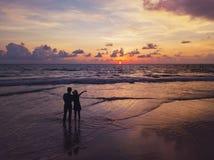 Pares asiáticos felizes que datam na praia durante a viagem da lua de mel do curso em férias dos feriados fora Oceano ou mar da n imagens de stock royalty free