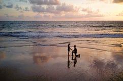 Pares asiáticos felizes que datam na praia durante a viagem da lua de mel do curso em férias dos feriados fora Oceano ou mar da n fotos de stock royalty free