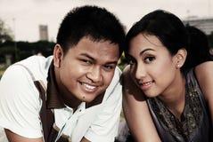 Pares asiáticos jovenes felices imagen de archivo libre de regalías