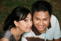 Pares asiáticos jovenes felices Fotos de archivo libres de regalías