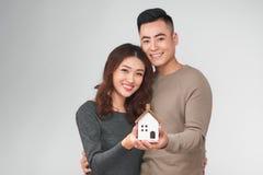 Pares asiáticos jovenes felices con nuevo concepto casero Foto de archivo