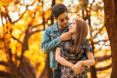 pares asiáticos jovenes felices en el amor que mira y que se abraza barbilla de la tenencia del novio de la novia y del beso en o fotografía de archivo