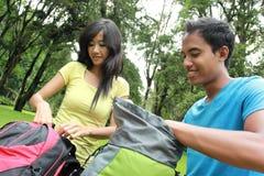 Pares asiáticos jovenes que se preparan a hacer excursionismo Fotos de archivo libres de regalías
